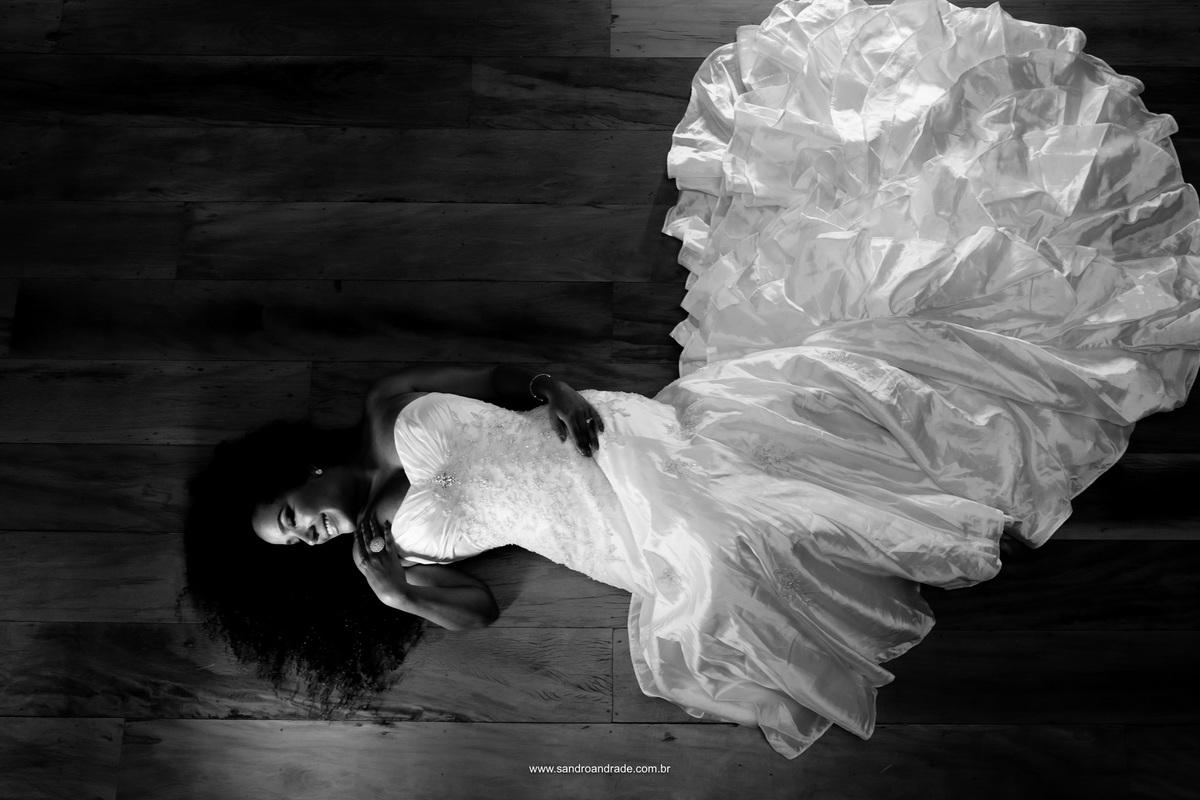 Retrato preto e branco em tons marcantes, linda morena, vestida de noiva, com seus cachos.