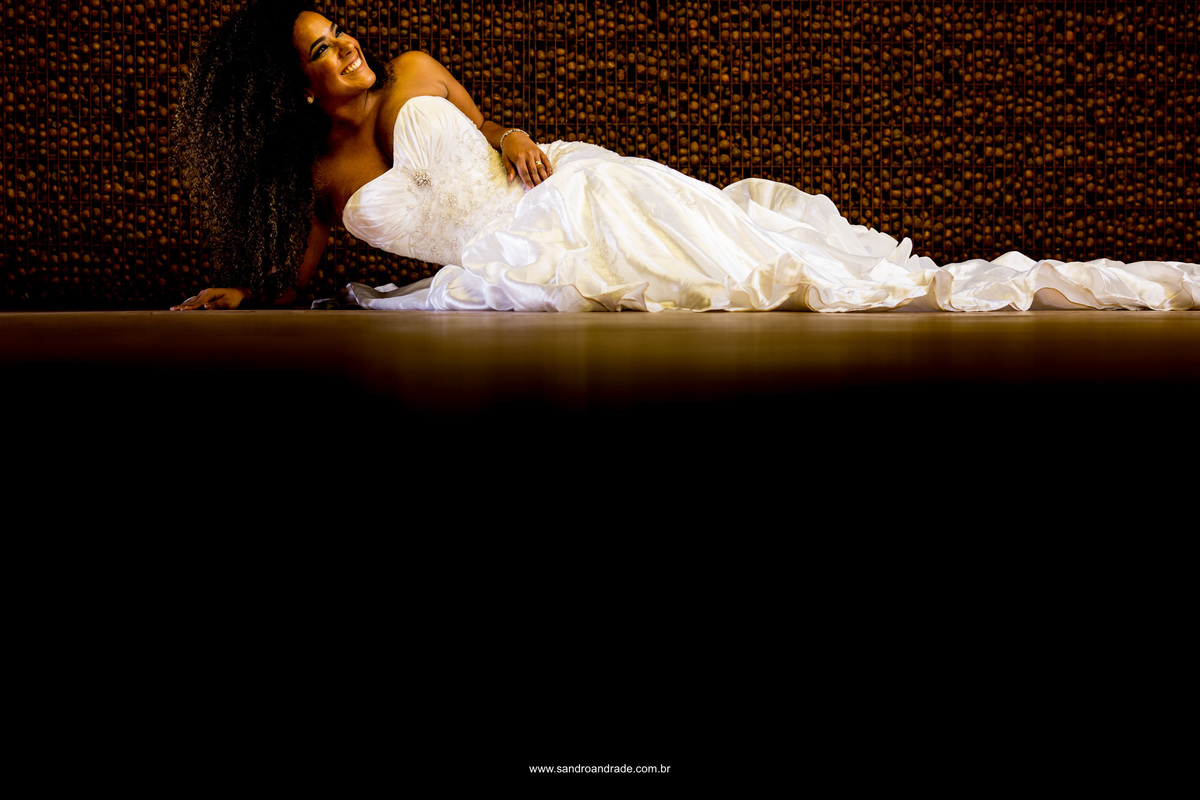 Jamilly morena bonita, com seus cachos vestida de noiva e pronta para encontrar seu amado.