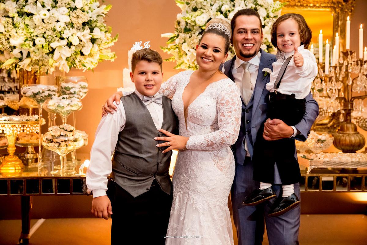 O belo casal Jaqueline e Sidiel, com seus amados filhos.