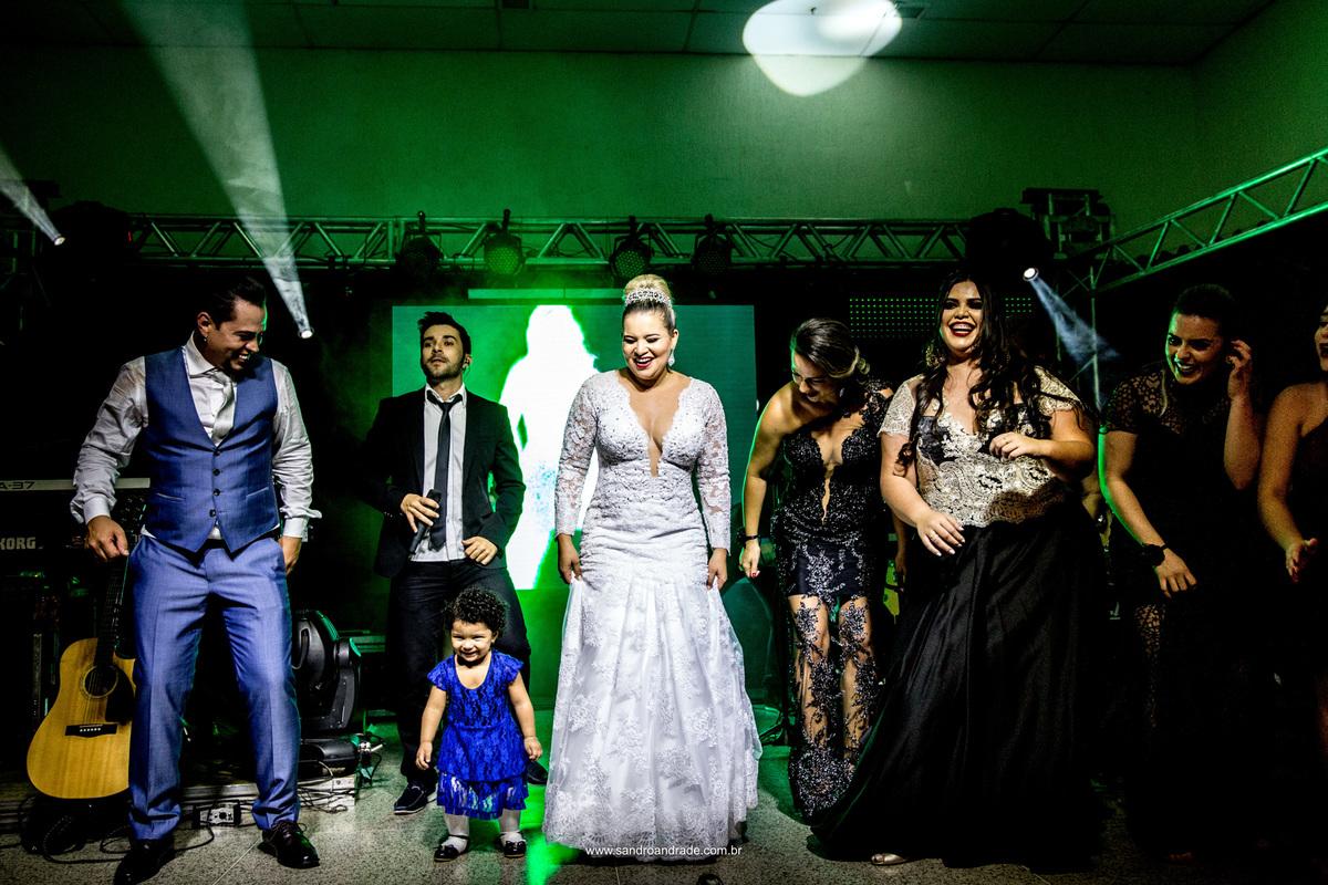 Uma bela criancinha subiu no palco para dançar com o mais novo casal e leva todos ao delirio.