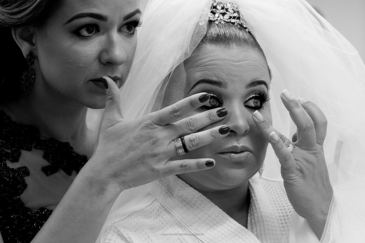 Ultimos detalhes da maquiagem junto a madrinha de casamento.