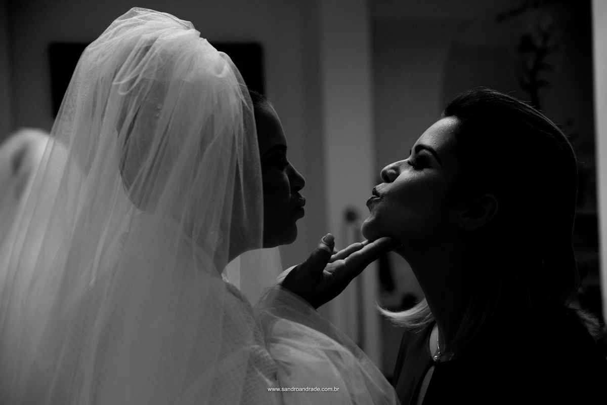 Fotografia de momentos, beijinho da noiva e sua madrinha
