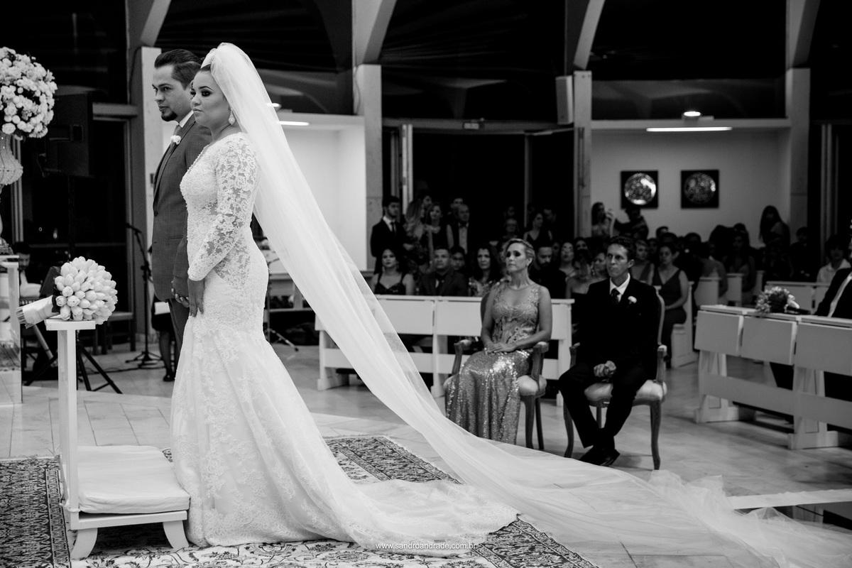 Os noivos no altar durante a cerimonia de casamento.