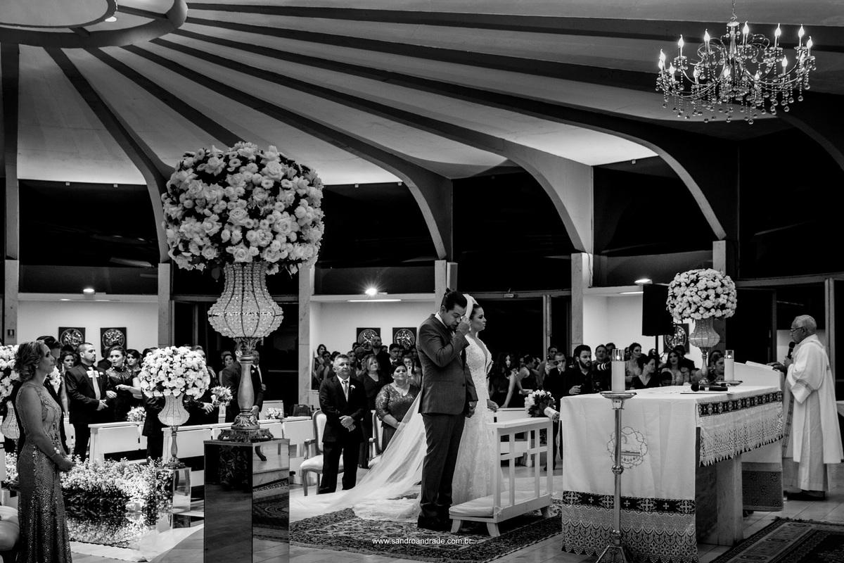 Na igreja Oratório do Soldado eles estão no altar començando a cerimonia de casamento, o noivo se emociona.
