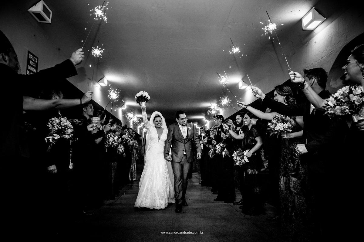 Fotografia de momento, saida dos noivos com os padrinhos segurando os sparks.