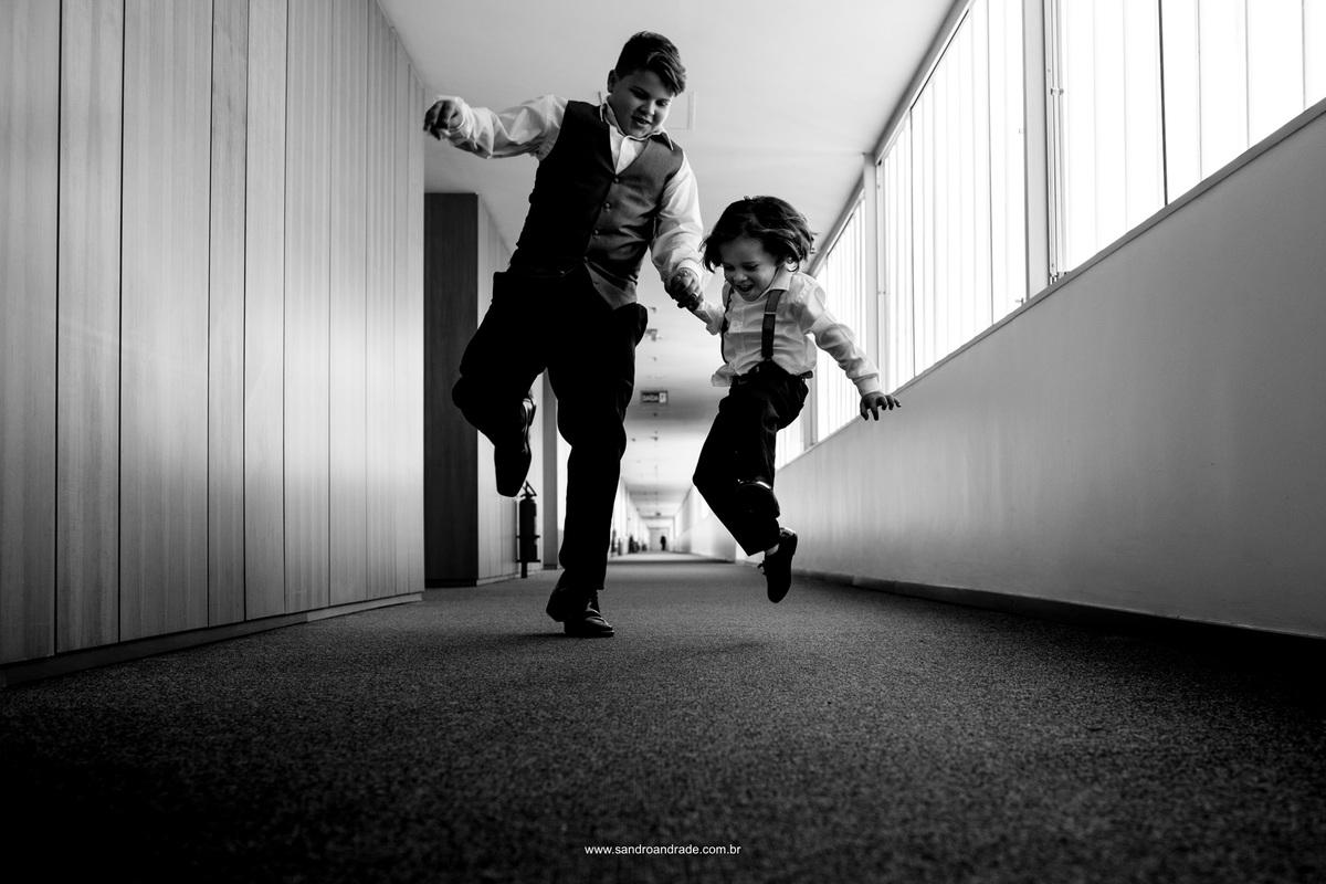 Os filhos dos noivos brincando no corredor do hotel Brasilia Palace momentos antes da cerimonia de casamento dos seus pais.