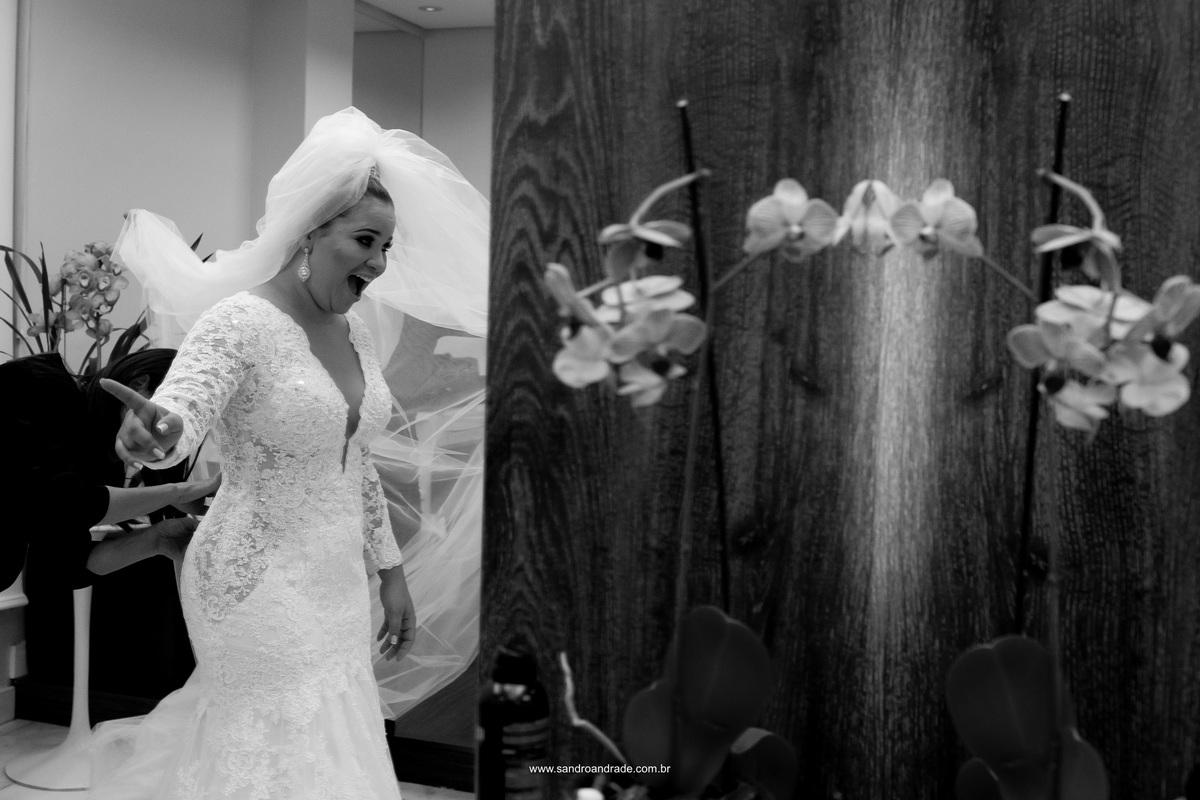 Uhuuuu...feliz ela se olha vestida de noiva, pronta para casar.