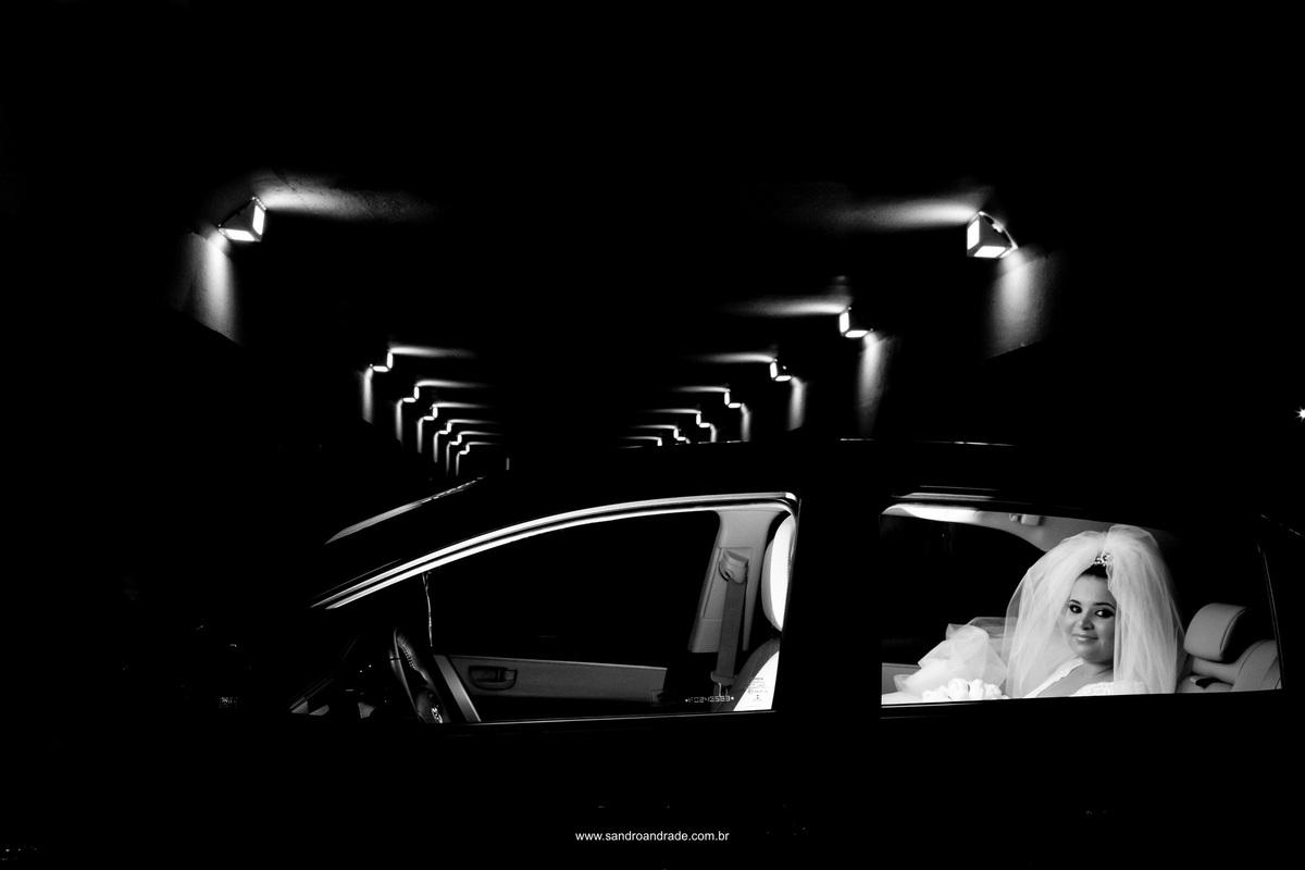 A noiva no carro aguardando seu momento para sua entrada triunfal na igreja oratório do soldado - Brasilia - Df