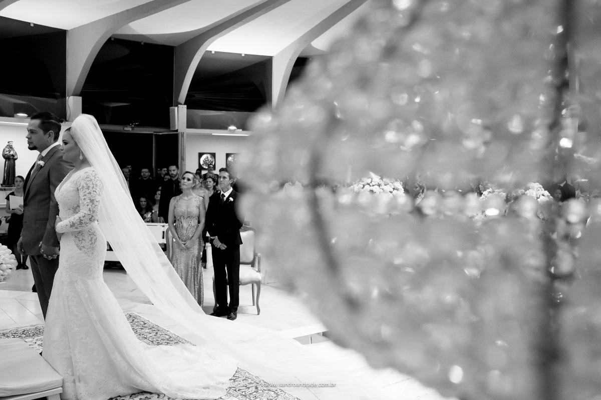 Um momento lindo dos noivos, com a noiva tocando sua barriga.