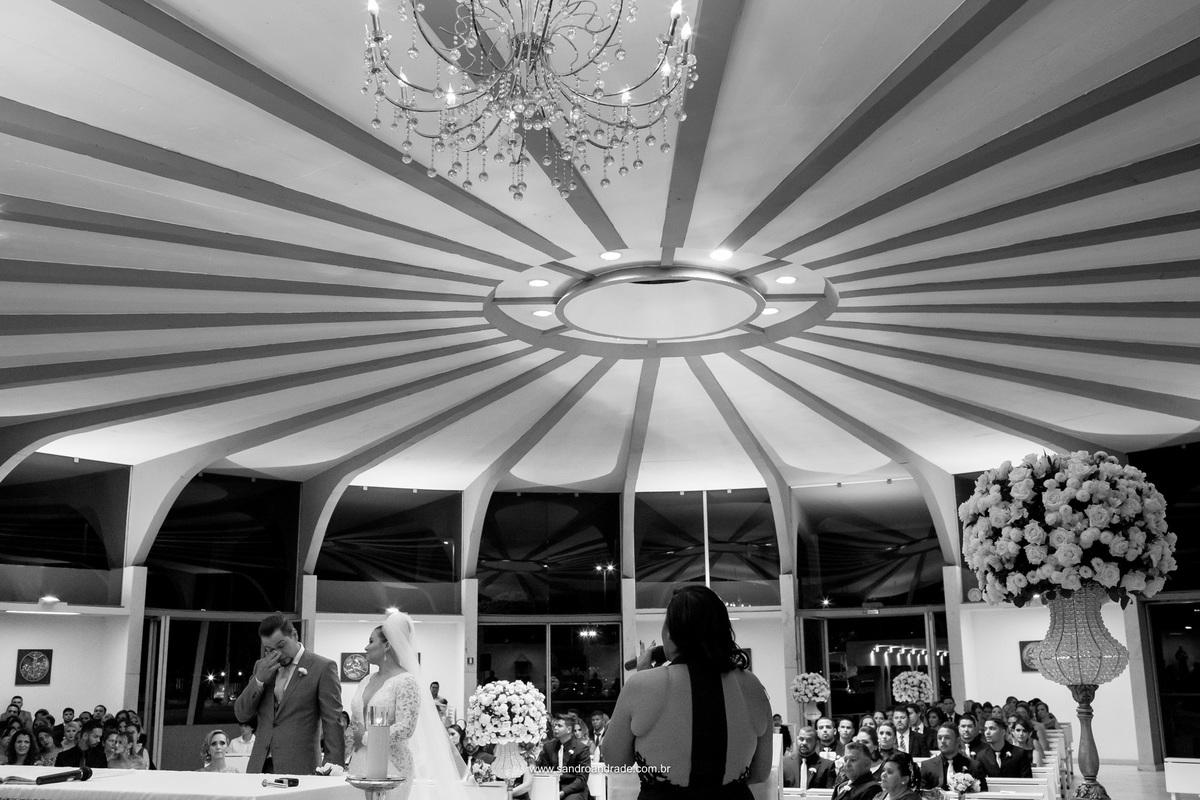 Celebração de casamento Jaqueline e Sidiel, o noivo emocionado ouve a palavra de DEUS.