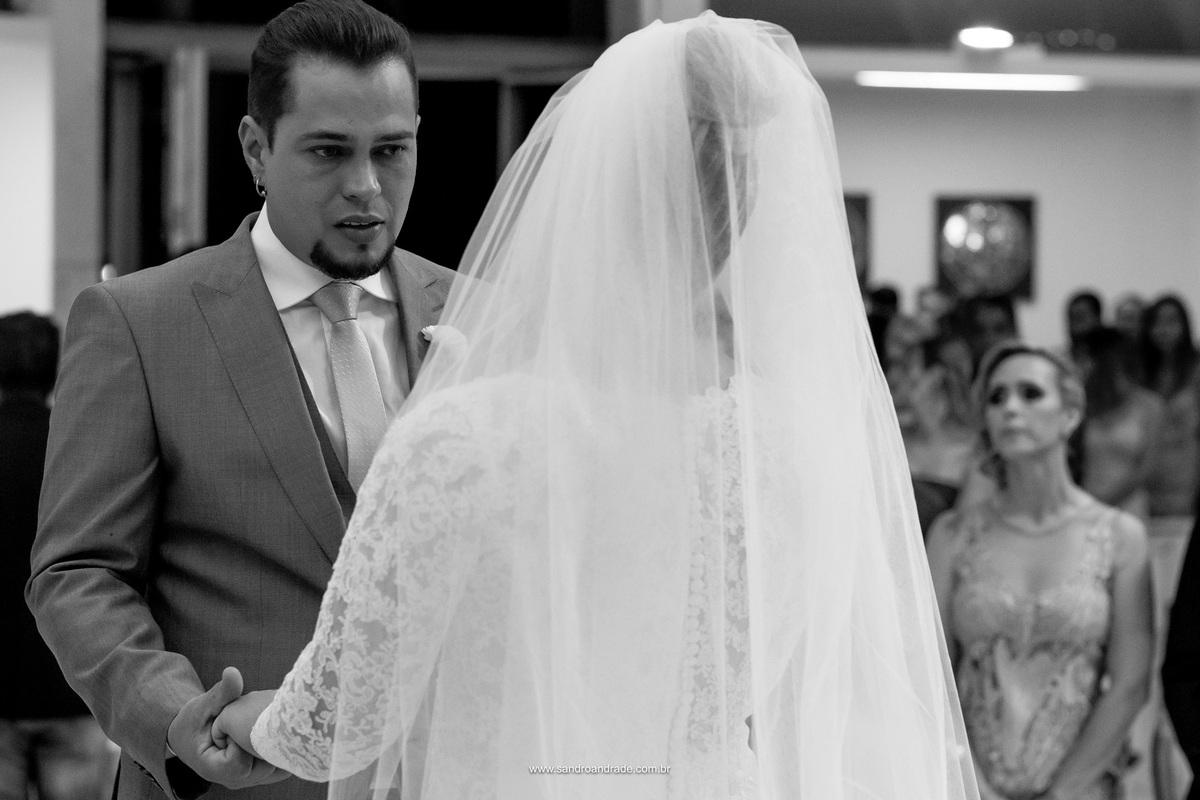 O noivo emocionado diz sim a sua amada e companheira de anos.