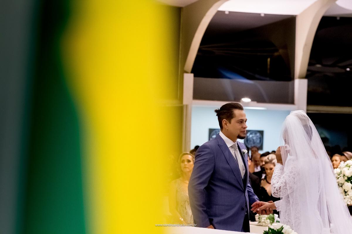 Os noivos emocionados relembram de tudo que passaram para chegar neste tão esperado momento, durante a troca das alianças.