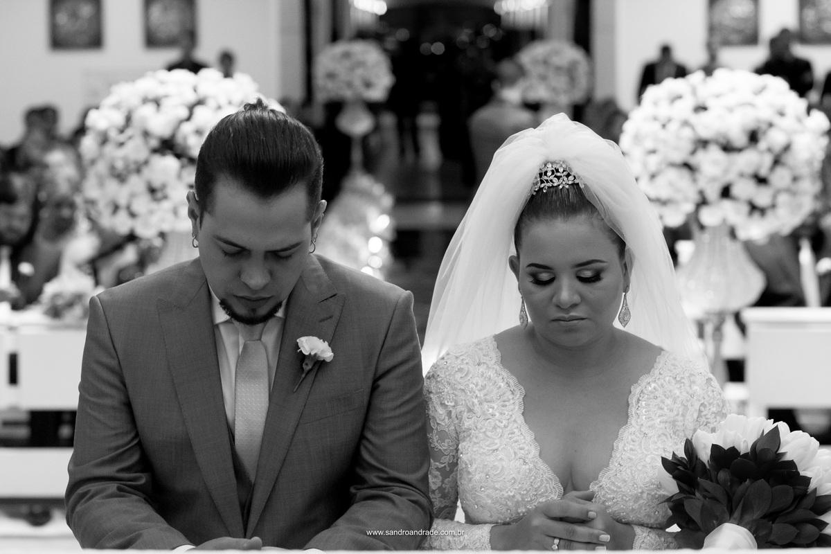 Retrato dos noivos no altar, um perfeito click em preto e branco.