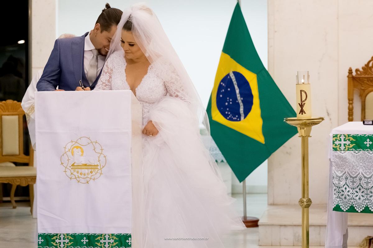 Momento lindo do casal, durante a assinatura da noiva, ela recebe um carinho de seu amado esposo.