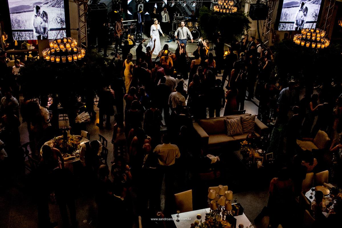 Festa linda de muito bom gosto e animada, assim foi a festa de Jaqueline e Sidiel, fotografia deita de cima, pegando todo o espaço e animação de todos.