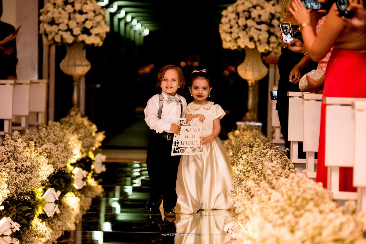 Os pagens entrando antes da noiva, com uma linda plaquinha.