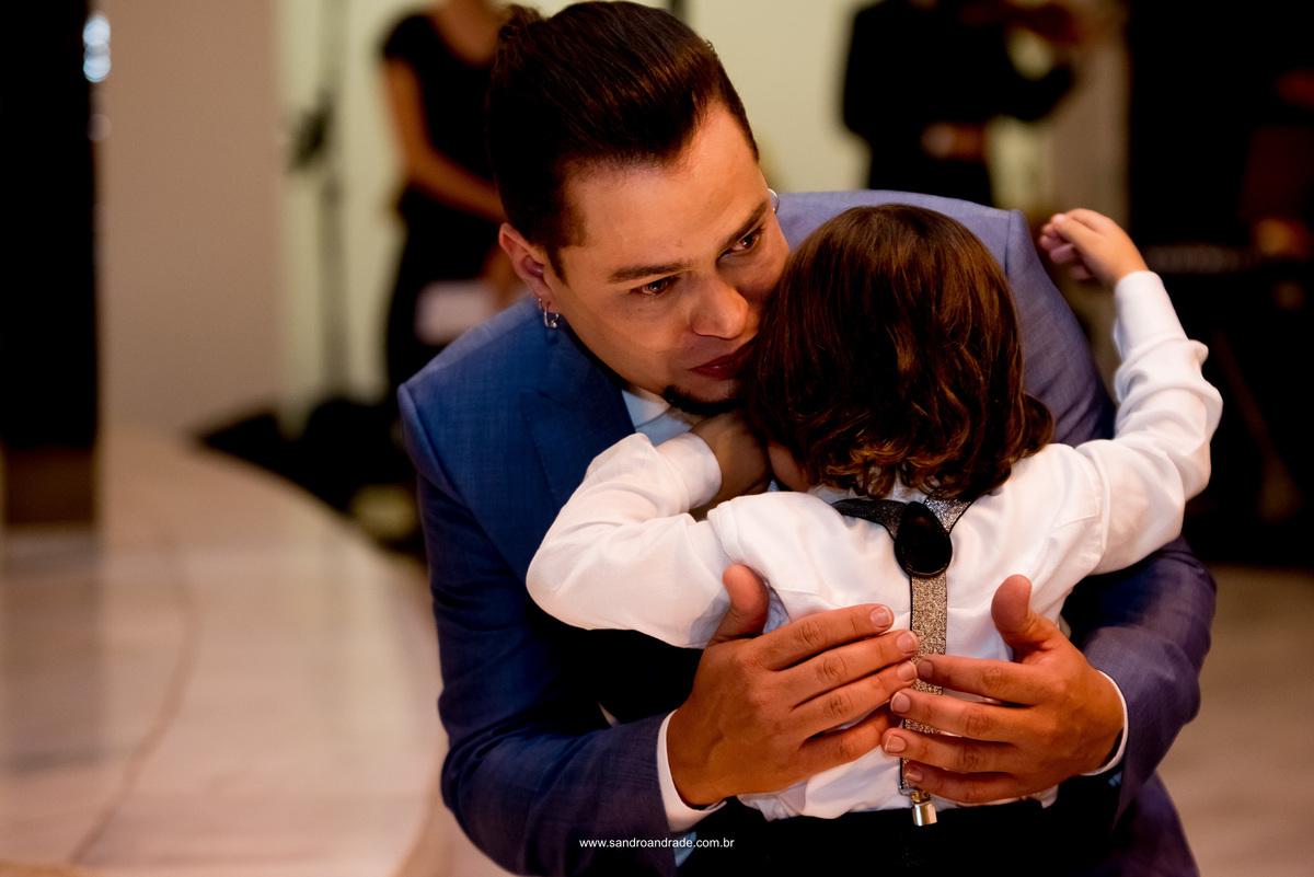 Um abraço eterno, pai e filho.