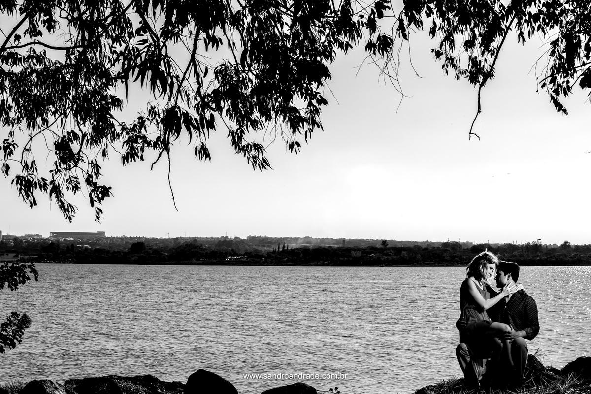 Um casal apaixonado, amor a flor da pele a beira do lago paranoá