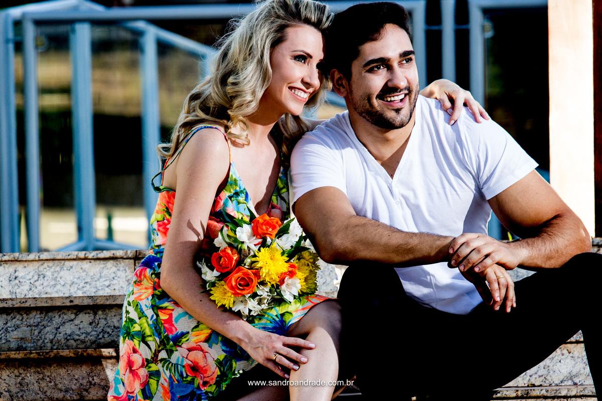 Contrastes, uma estampa, o branco, sorrisos largos e um casal apaixonado.