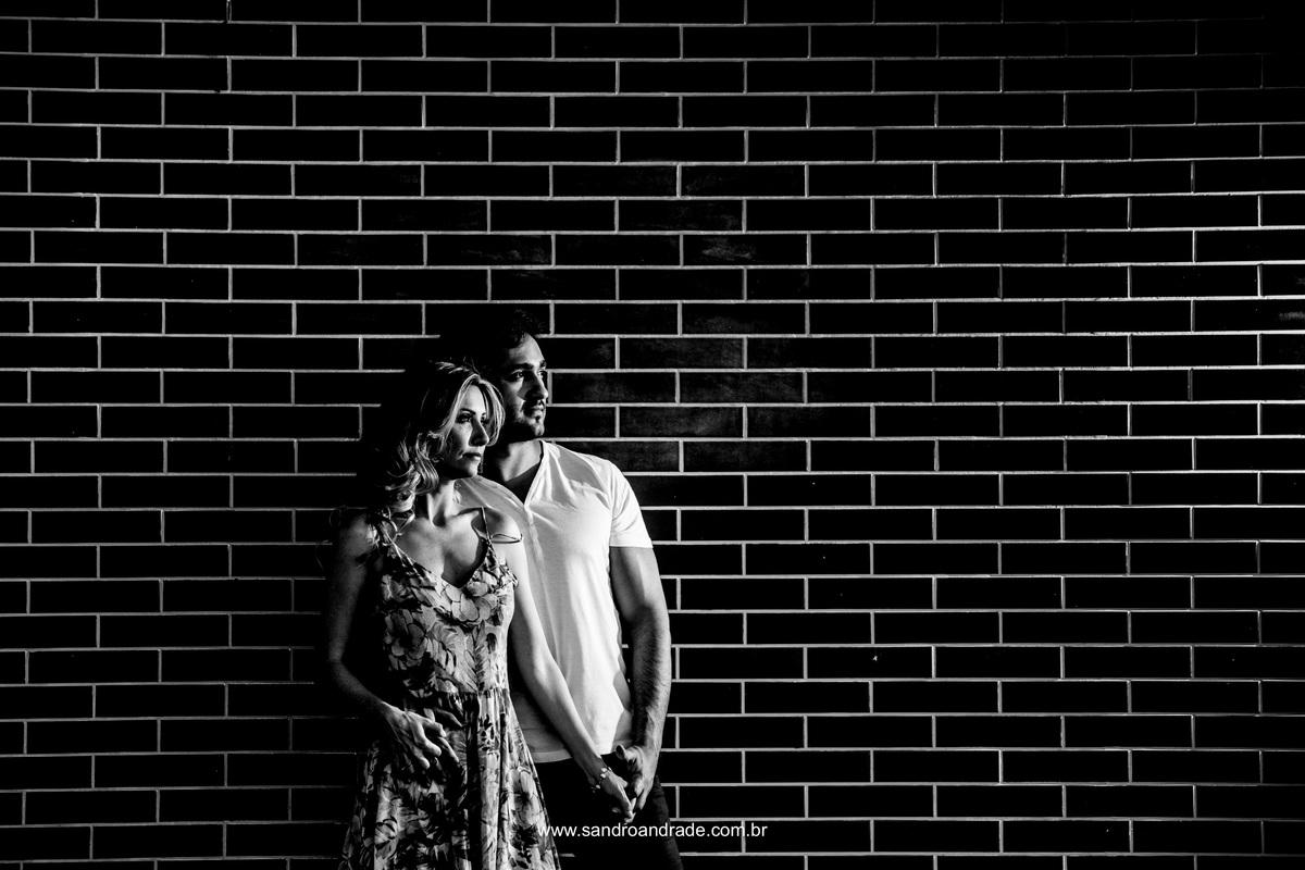 Bela fotografia preto e branco, casal serio, concentrado na missão deste momento