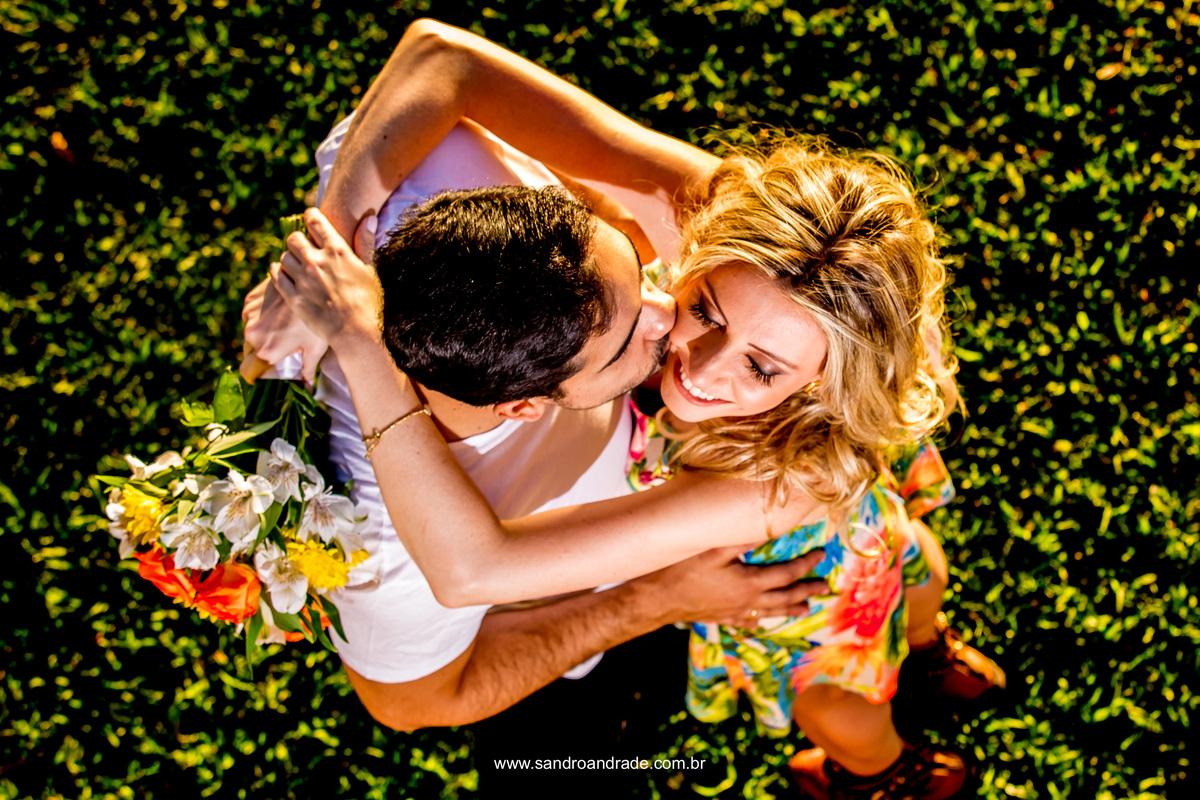 Composiçao perfeita, um belo buque, um casal apaixonado, um sorriso e um beijo