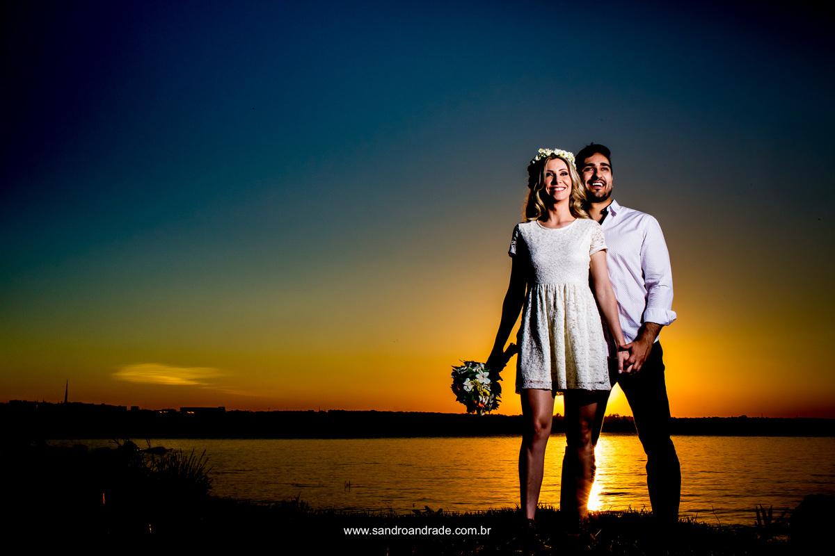 A beira do lago, um belo casal e um lindo por do sol.