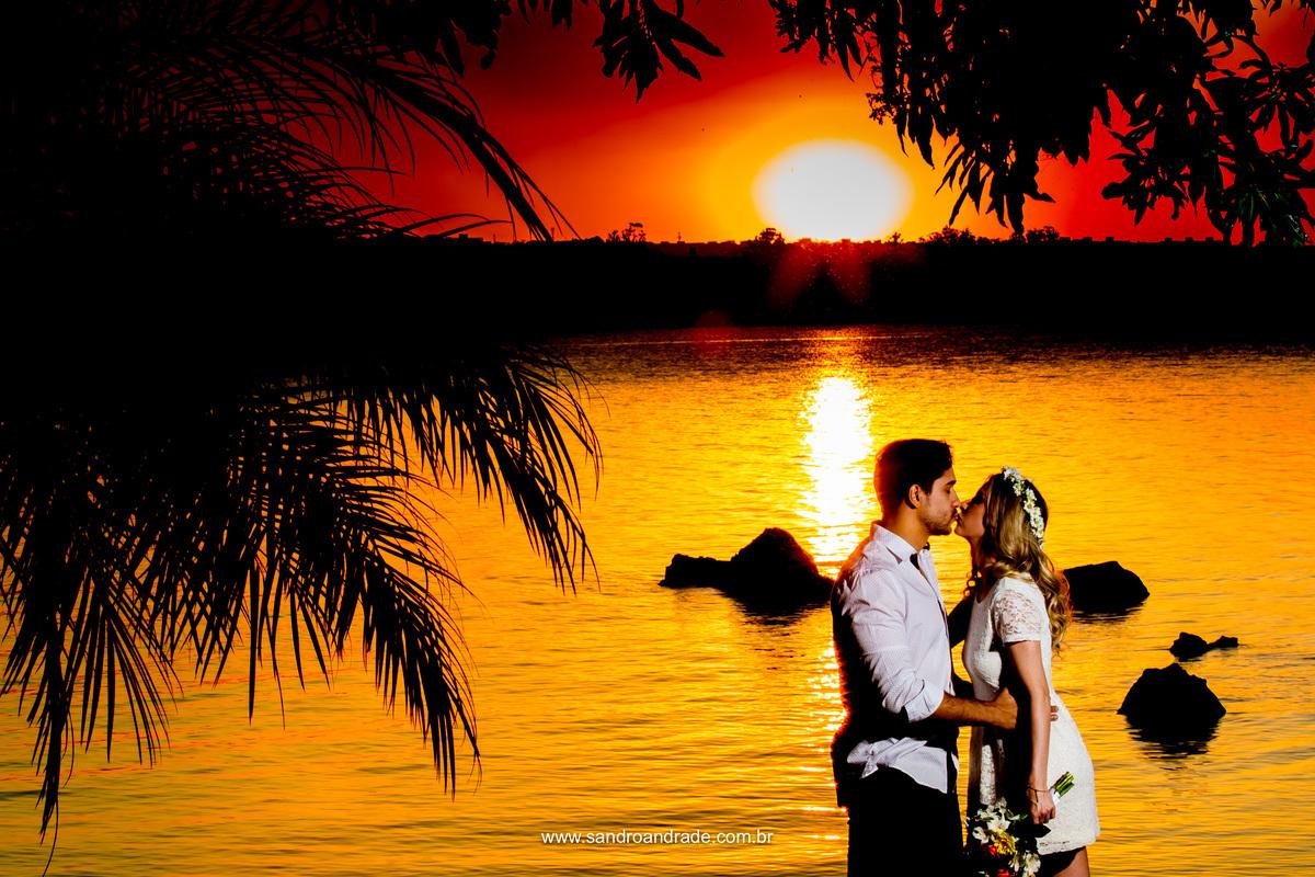 Um beijo cheio de amor e um lindo céu alarajando, com um sol bem amarelo e tudo obra do CRIADOR, captado pelas lentes e olhar magnifico de Sandro Andrade