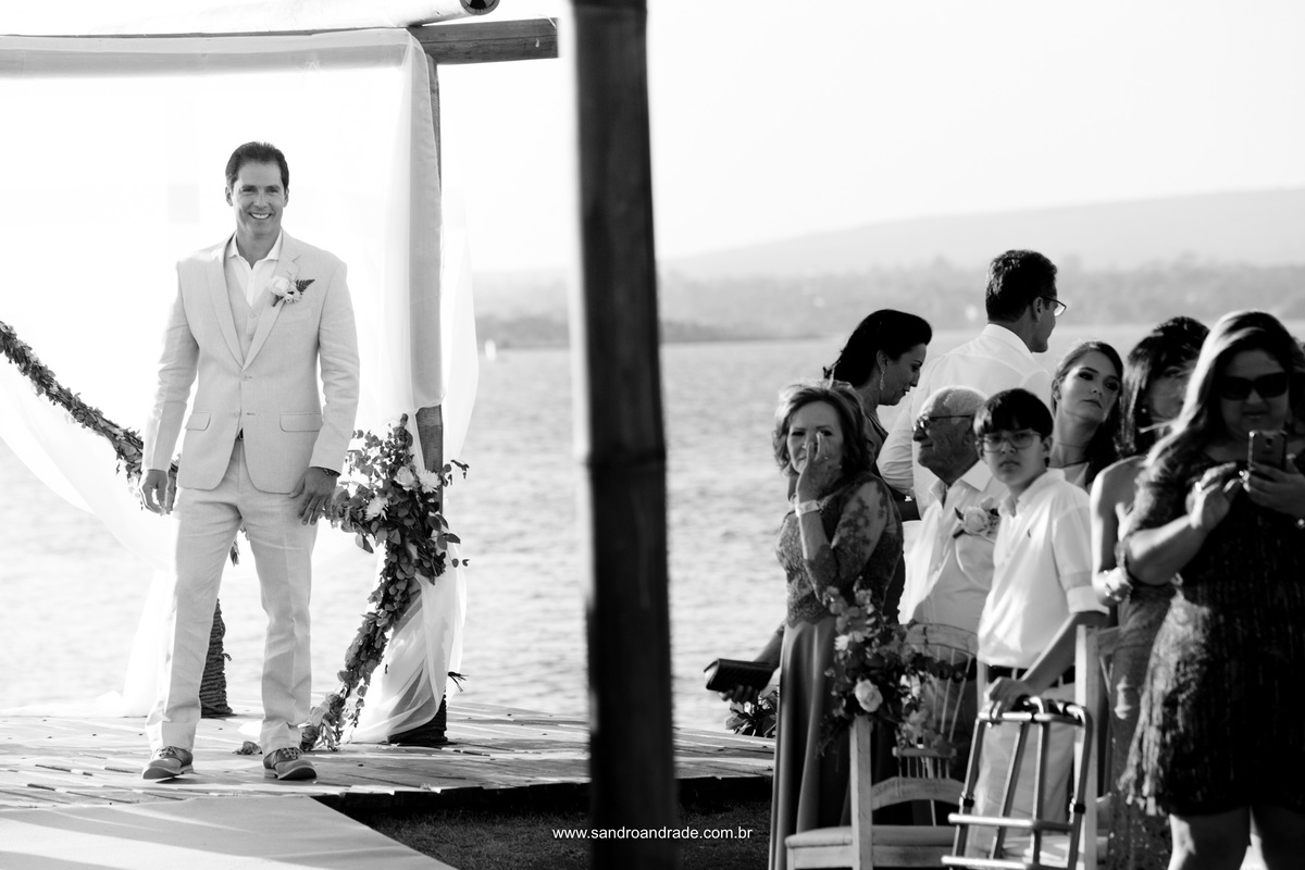 O noivo feliz e emocionado aguardando a chegada de sua amada e esperada esposa
