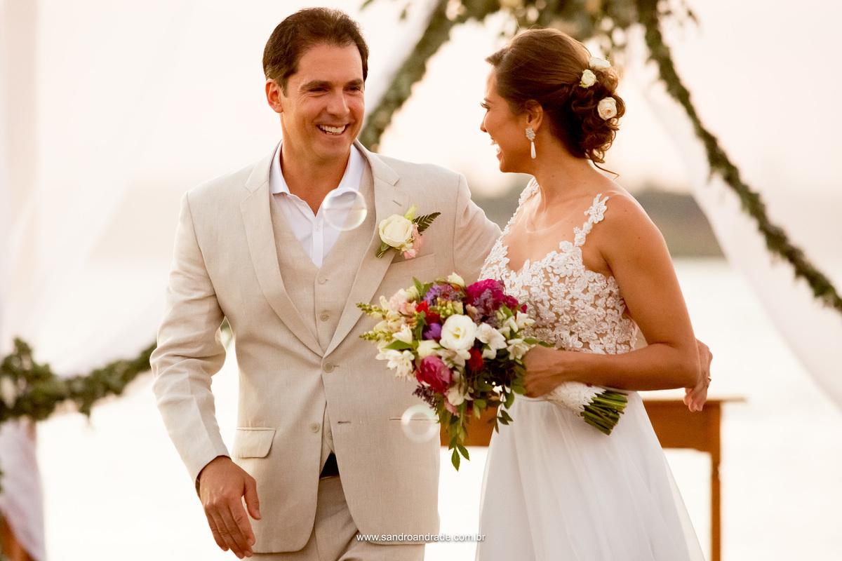 Felizes eles se olham, agora pois, casados