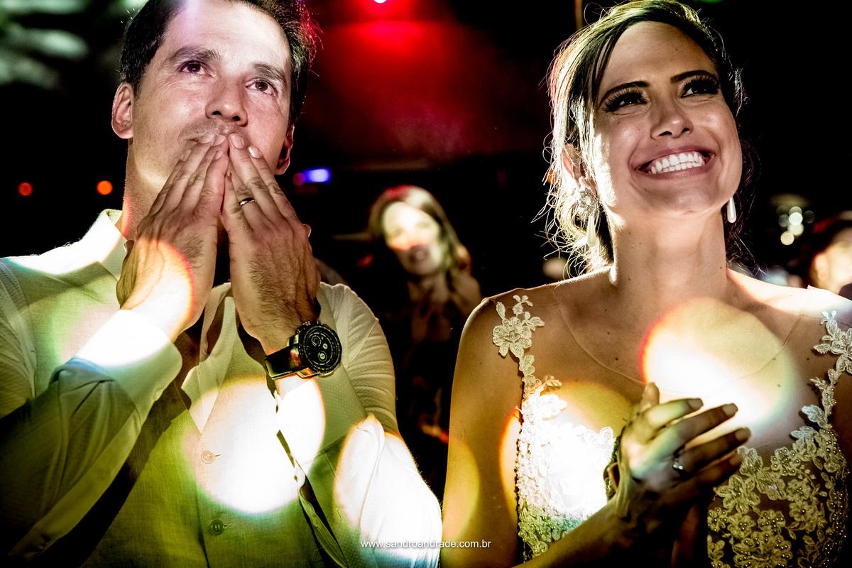 Casal emocionado, o noivo manda beijo para sua filha que os homenageia