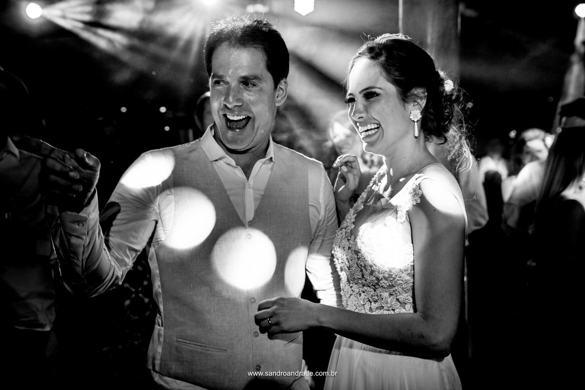 Retrato dos noivos felizes e sorridentes na festa