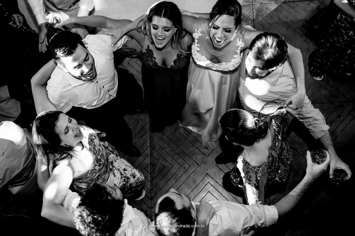A noiva dançando com os amigos