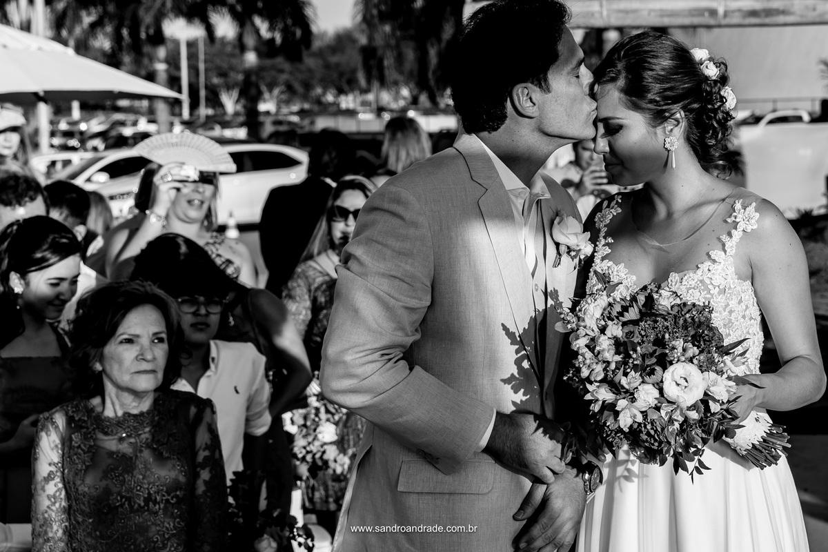 Com amor ele recebe sua noiva linda