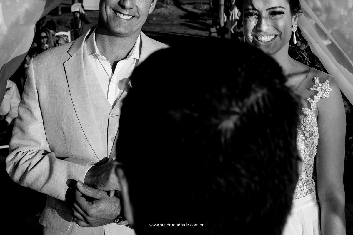Sorrisos bonitos e sinceros dos noivos