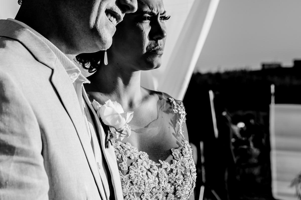 Ela se emociona com as lindas palavras do pastor na cerimonia de seu casamento