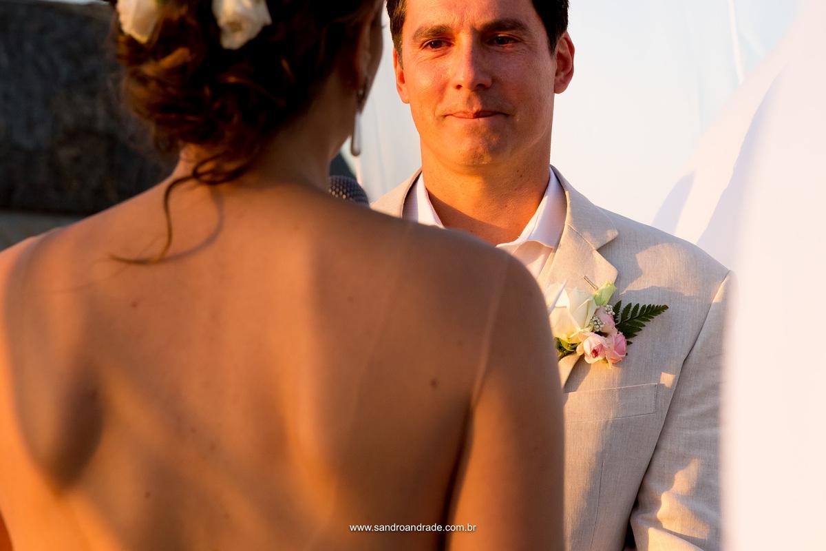 O noivo e seu olhar apaixonado ouvindo as belas palavras e declarações de sua amada, se emociona