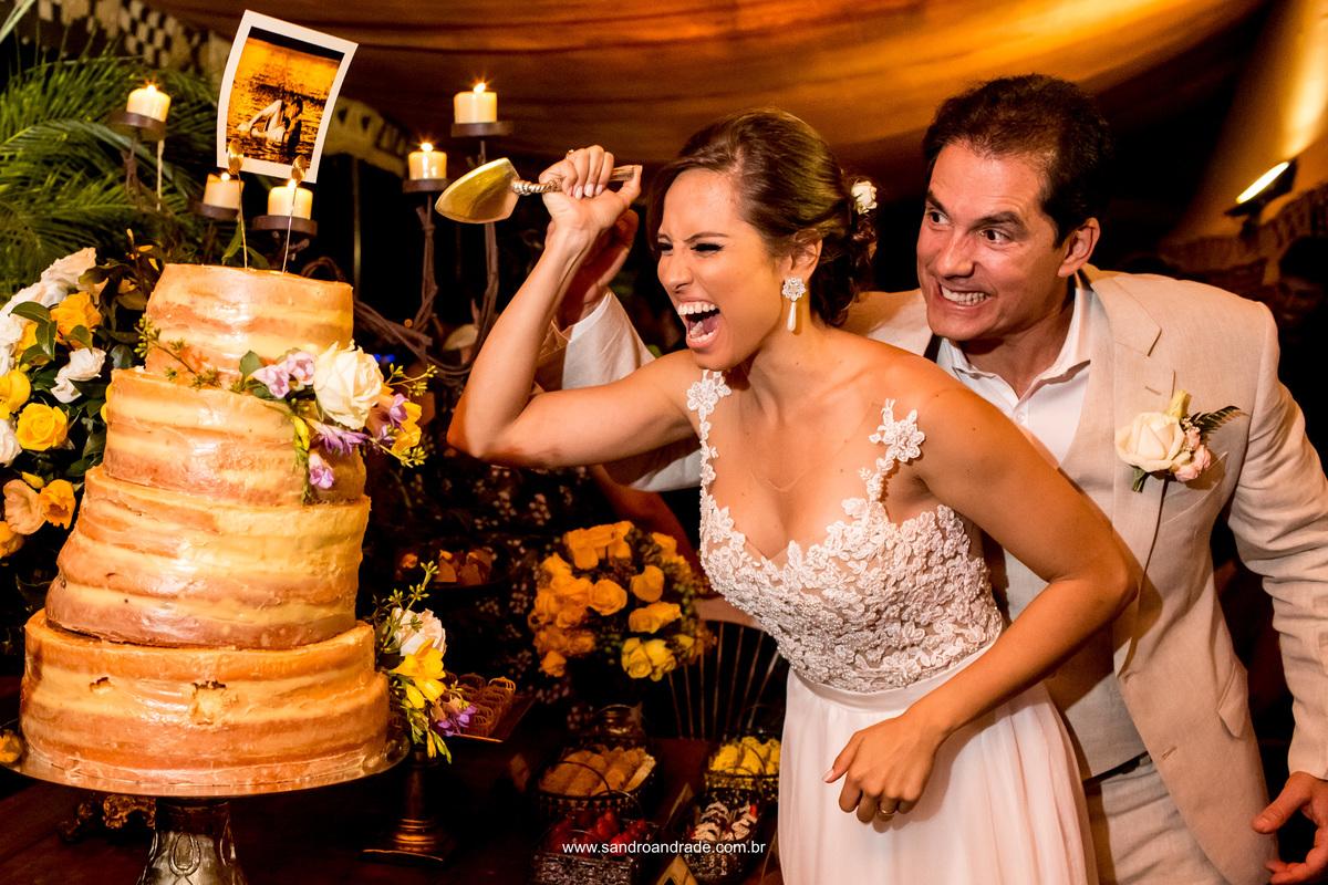 Balança mais não cai, rsrsrs, os noivos vão cortar o bolo tortinho