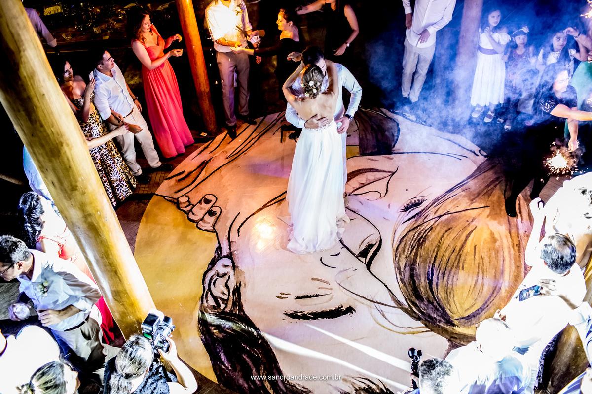 Começou a festa...em cima de um adesivo feito com uma pintura do noivo artista.