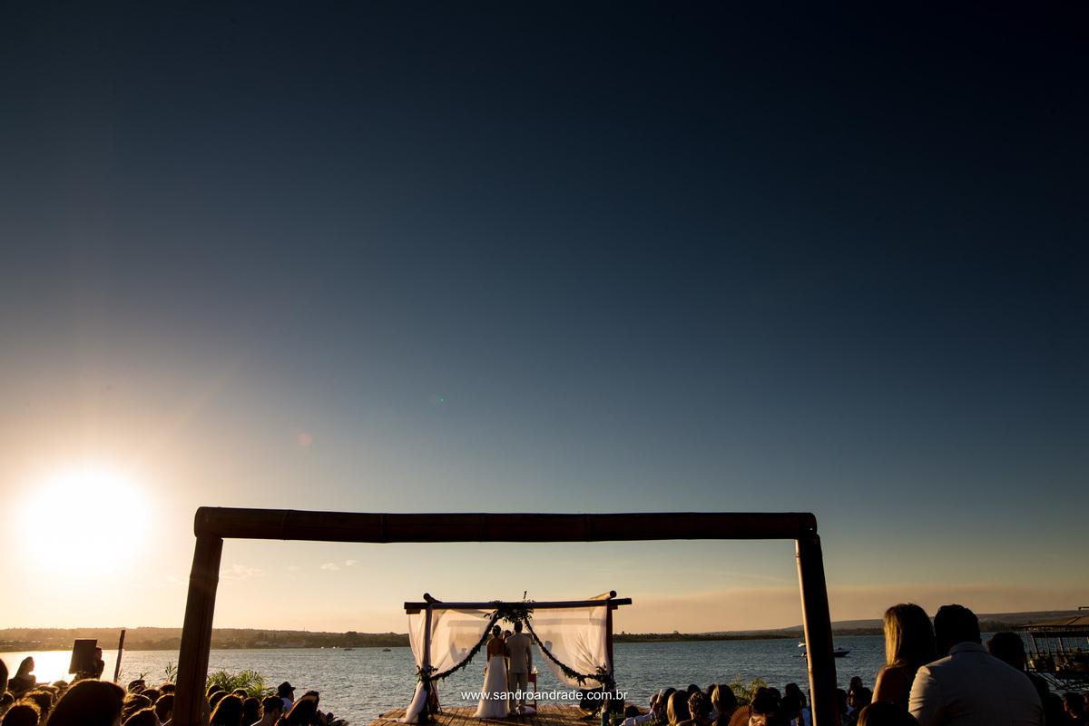 Enquanto a cerimonia rola, um lindo por do sol acontece ao fundo, obra do Criador e seus mandamentos