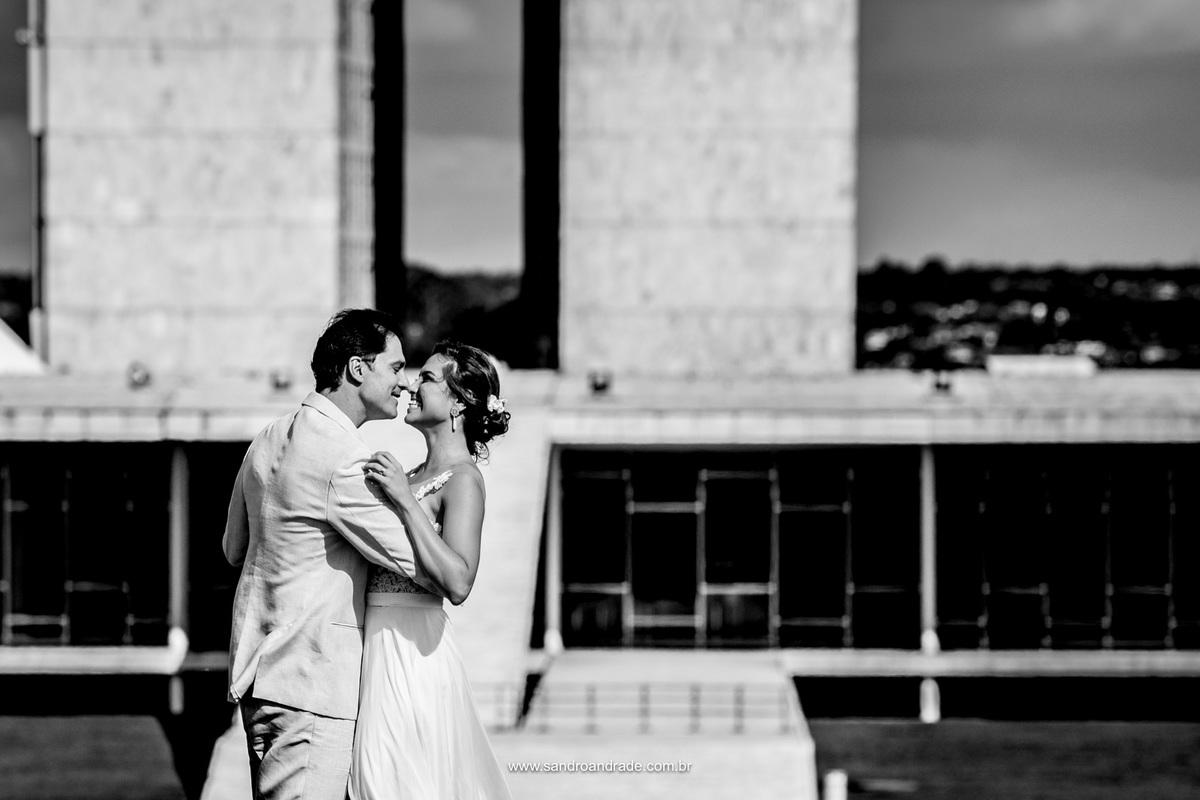 Um amor lindo, registrado nesta linda fotografia preto e branco com sorriso espontaneo e amor estampado no rosto.