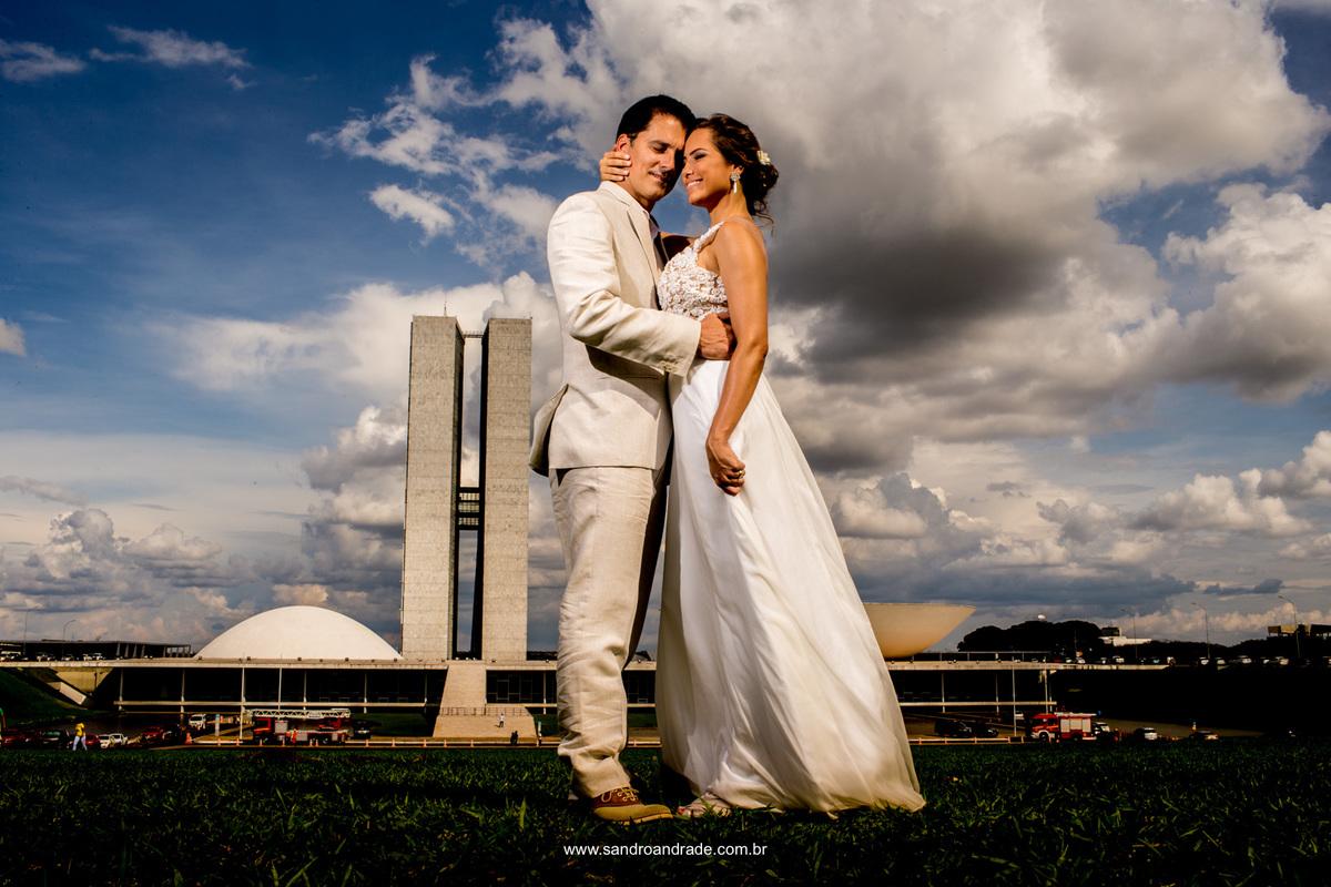 Apaixonados eles se abraçam em frente ao congresso, com ternura ele fecha os olhos e abraça sua esposa.