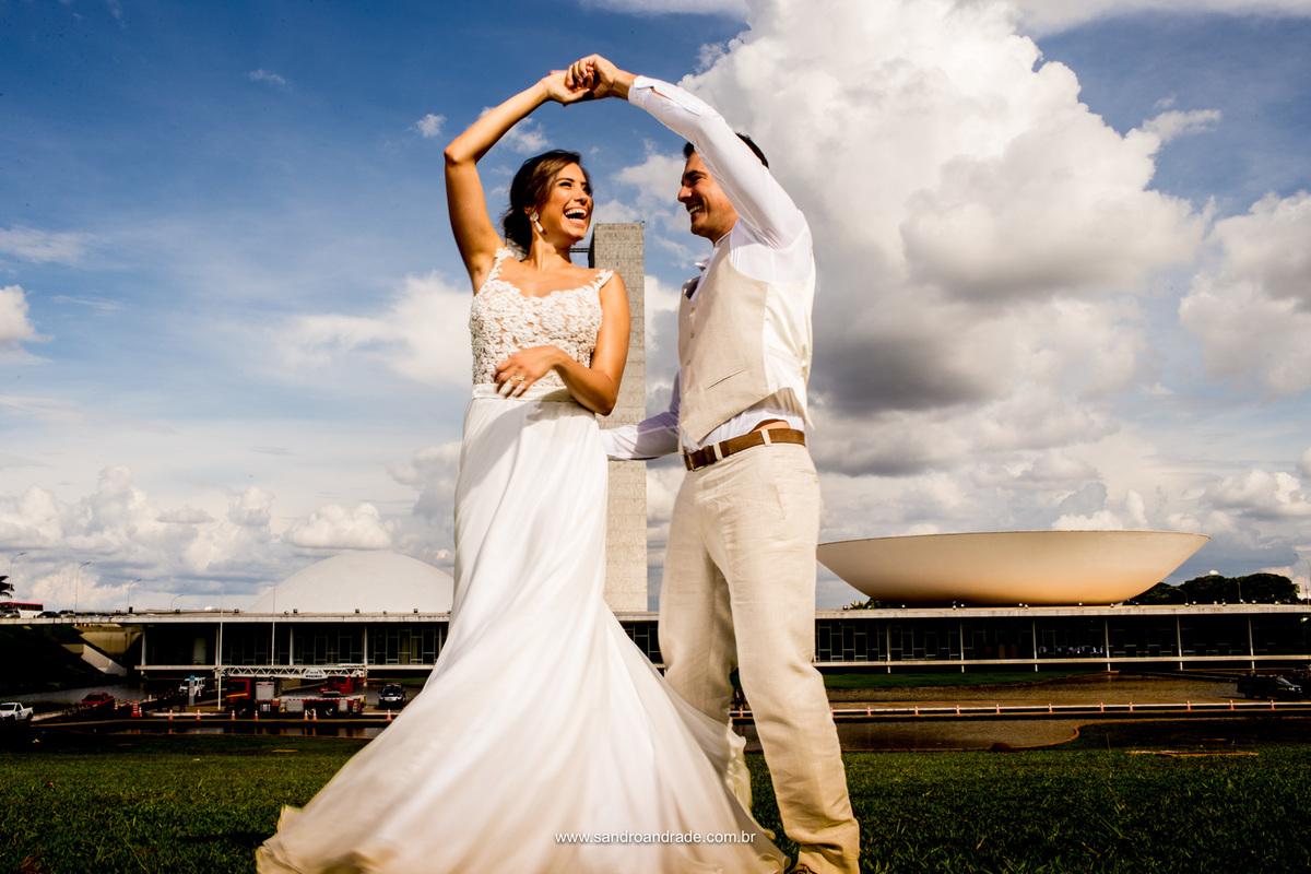 Felizes eles dançam, um belo registro colorido, felicidade estampada e um belo movimento do vestido de noiva.