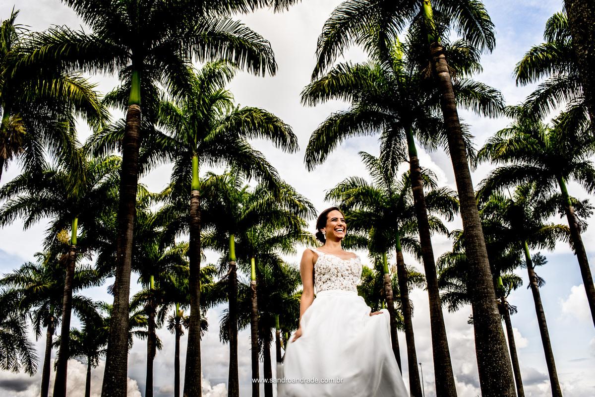 E ela dança feliz, em sua tão sonhada foto entre as palmeiras