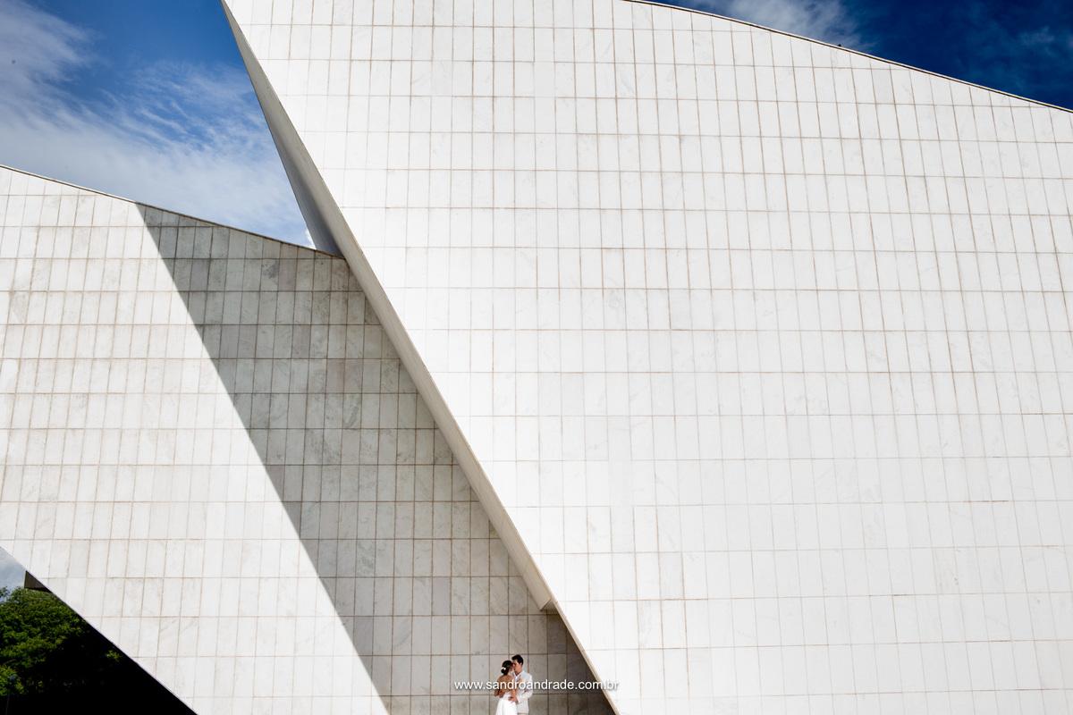 Apaixonados eles se olham, em uma fotografia minimalista, pura arte de Sandro Andrade