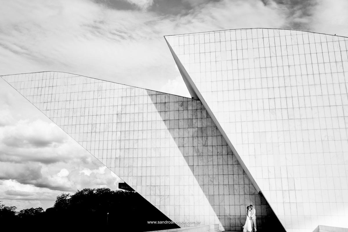 Fotografia minimalista, o casal em um dos pontos arquitetônicos de Brasília, Panteão da Pátria.