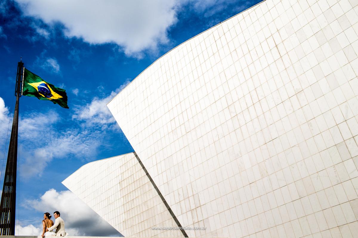 De outro angulo ainda no Panteão eles estão apaixonados e a bandeira do Brasil linda como é, se abre todinha com o vento, abrilhantando ainda mais esta fotografia.