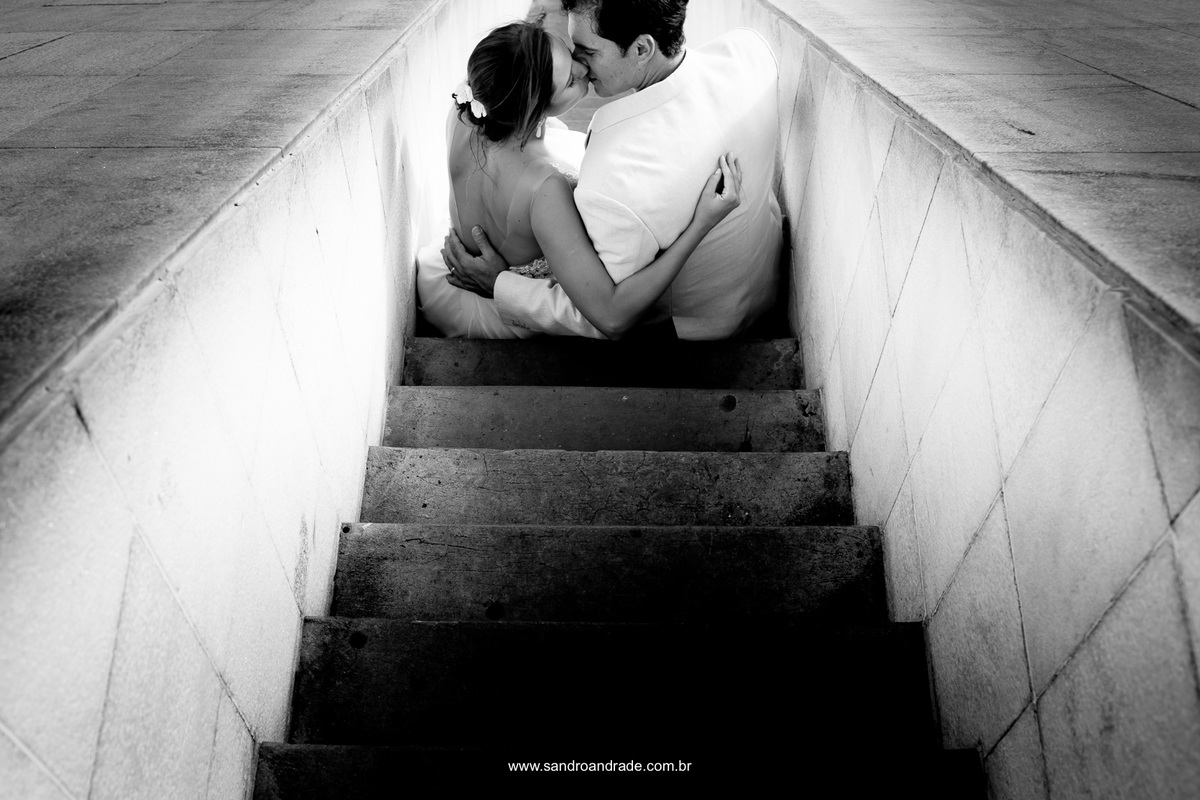 Assim como o amor nasceu para ser eterno, o casal eternamente apaixonado se beijam nas escadarias do monumento histórico chama eterna.