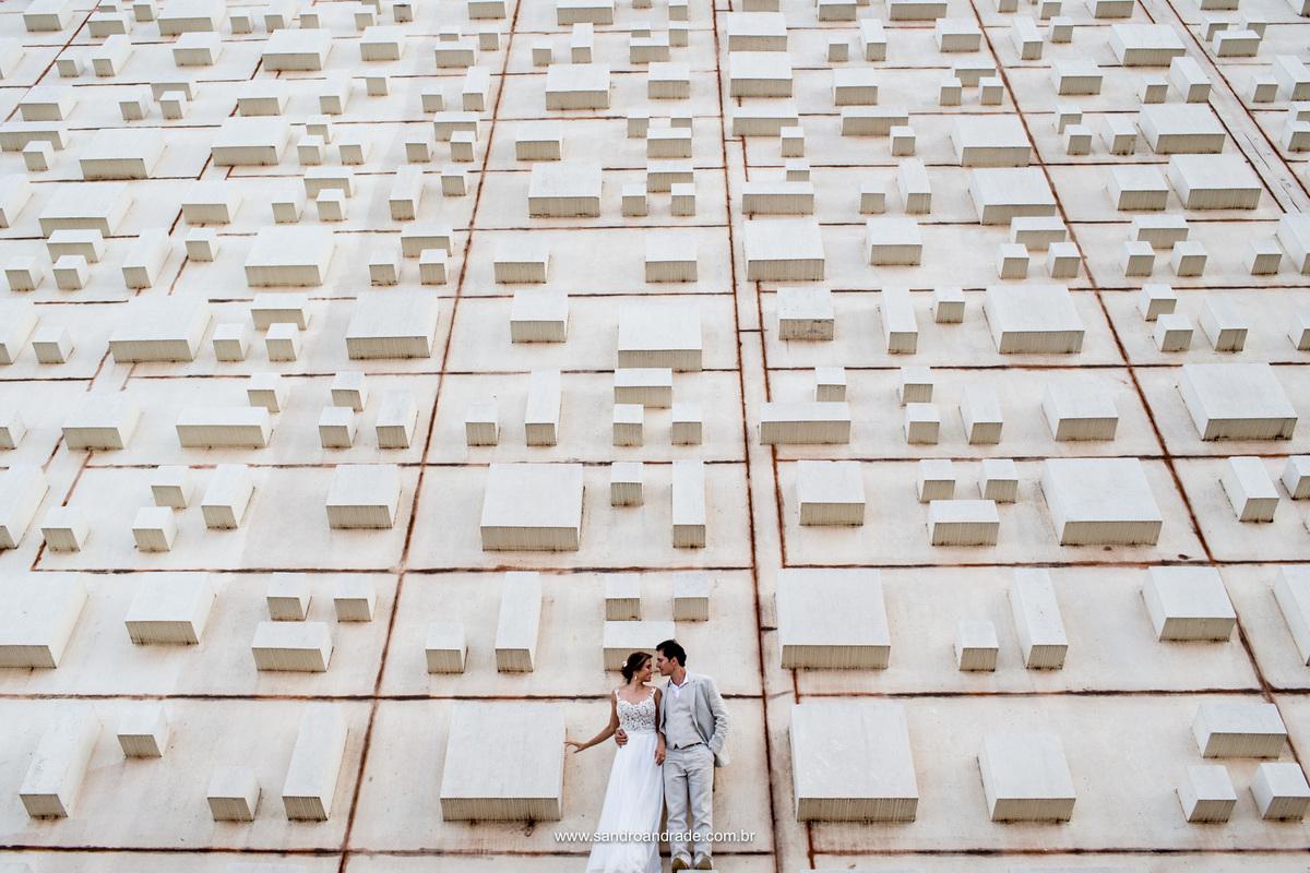 Junto as formas do Teatro nacional de Brasilia eles dão formas ao seu amor, quadradinhos, retangulos, triangulos, tudo com forma de amor.