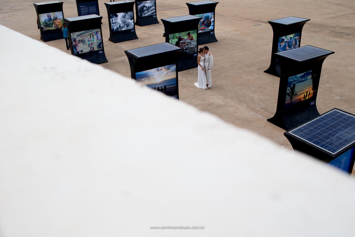 Abraçados e eternos amantes eles se encantam em meio a exposiçao fotografica na calçada do museu nacional de Brasilia.