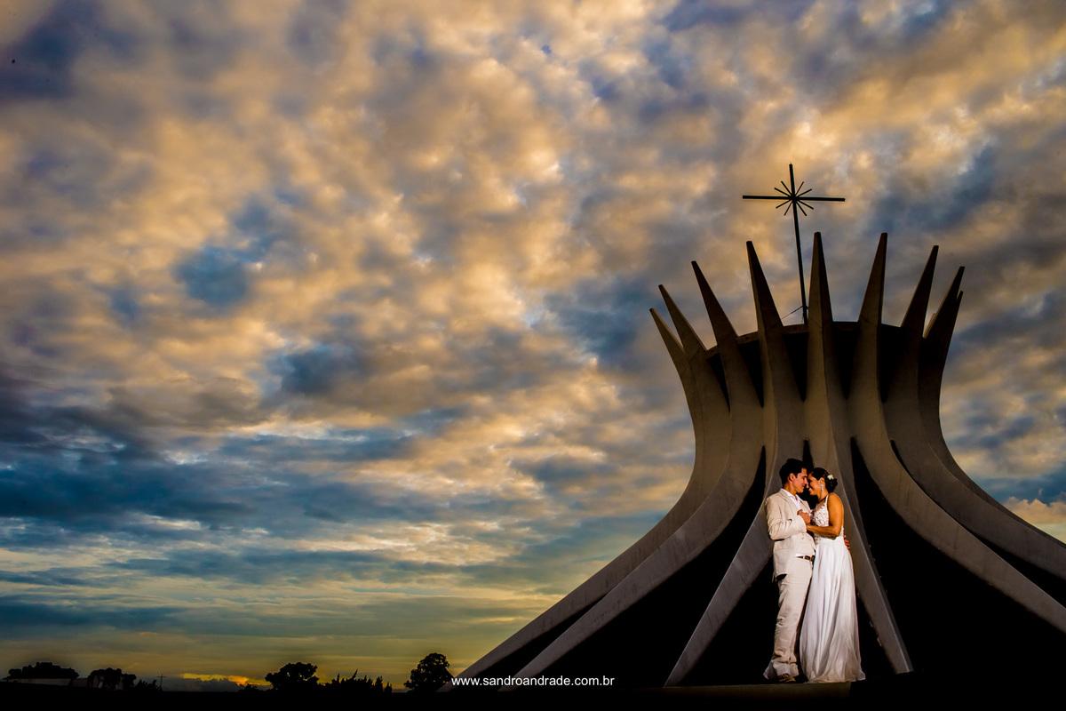 Agora na Catedral eles se amam, em uma linda composição com este céu maravilhoso em tons de branco, amarelo e azul.